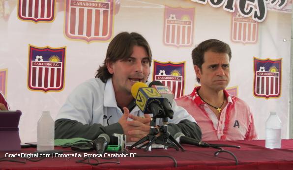 http://gradadigital.com/home/wp-content/uploads/2013/06/jhonny_ferreira_rafael_lacava_presentacion_carabobo_futbol_club_06062013_1.JPG