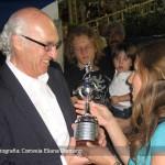 Eliana le hace entrega de la réplica de la Libertadores a Carlos Bianchi