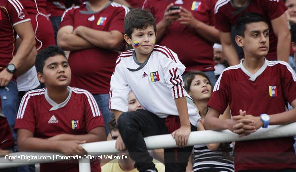 aficionados_nenes_venezuela_paraguay_11102013