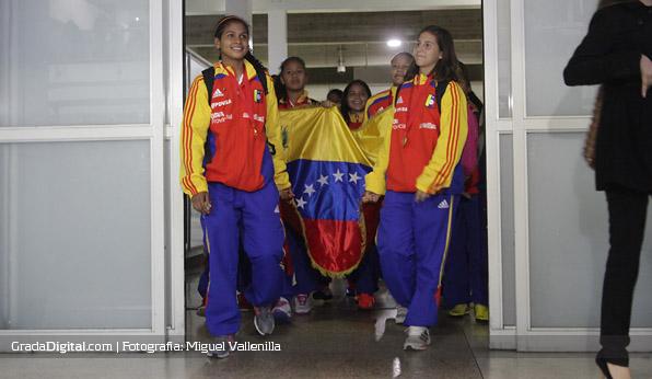 alexa_castro_veronica_herrera_venezuela_sudamericano_sub17_llegada_maiquetia_01102013