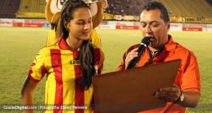 +FOTOS | Deyna Castellanos fue homenajeada por directiva del Aragua FC
