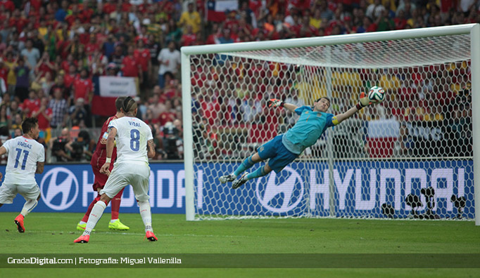 iker_casillas_aranguiz_gol_chile_18062014