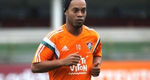 Ronaldinho ovacionado en su primer entrenamiento en el Fluminense