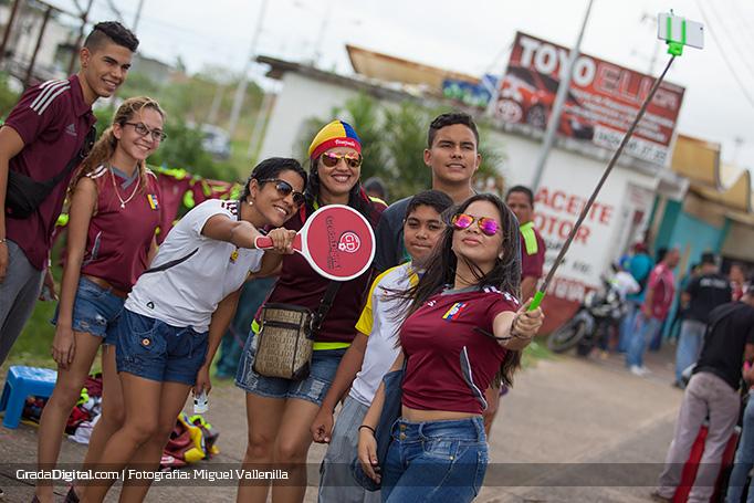 aficionada_venezuela_selfie_aficion_venezuela_paraguay_08102015