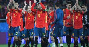 España sobrevive y lidera el grupo