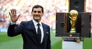 Casillas presenta la copa del mundo en el estadio Luzhnikí