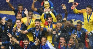 Lloris alza al cielo de Moscú la copa de Campeón del Mundo bajo el diluvio
