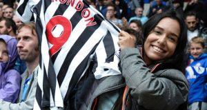 +FOTOS | ¡Gran gesto! Rondón obsequia camiseta a venezolana en Cardiff